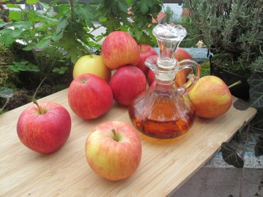 https://pixabay.com/photos/apples-vinegar-slimming-therapy-1008880/
